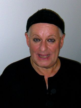 Pieter Dirk Uys nach der Show 'Foreign Aids' in Berlin 2006 (Foto: wikimedia / optimale)